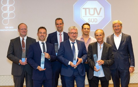 Die Preisträger des TÜV Süd Innovationspreises v.l.n.r.: Prof. Dr. Thomas Höche, Fraunhofer IMWS, Uwe Wagner, 3D-Micromac AG, Prof. Dr. Simon Hecker, Hochschule München, Prof. Dr. Stefan Sentpali, MdynamiX AG, Pascal Russ, Andreas Russ, Simi Reality Motion Systems GmbH, Prof. Dr. Axel Stepken, TÜV SÜD AG (Foto: TÜV SÜD)