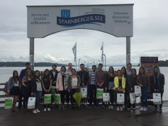 18 international students from the faculty of tourism in Starnberg together with the lecturer Fabian Kuehnel-Widmann.